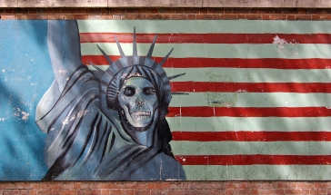 Teheran_US_embassy_propaganda_statue_of_liberty